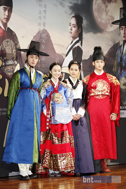... Casts Gathering on The Moon That Embraces The Sun's Press Conference